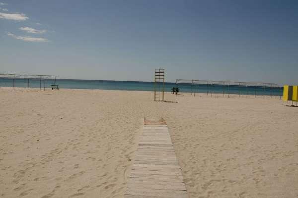 Песчаный пляж в межсезонье. Фото Поповки