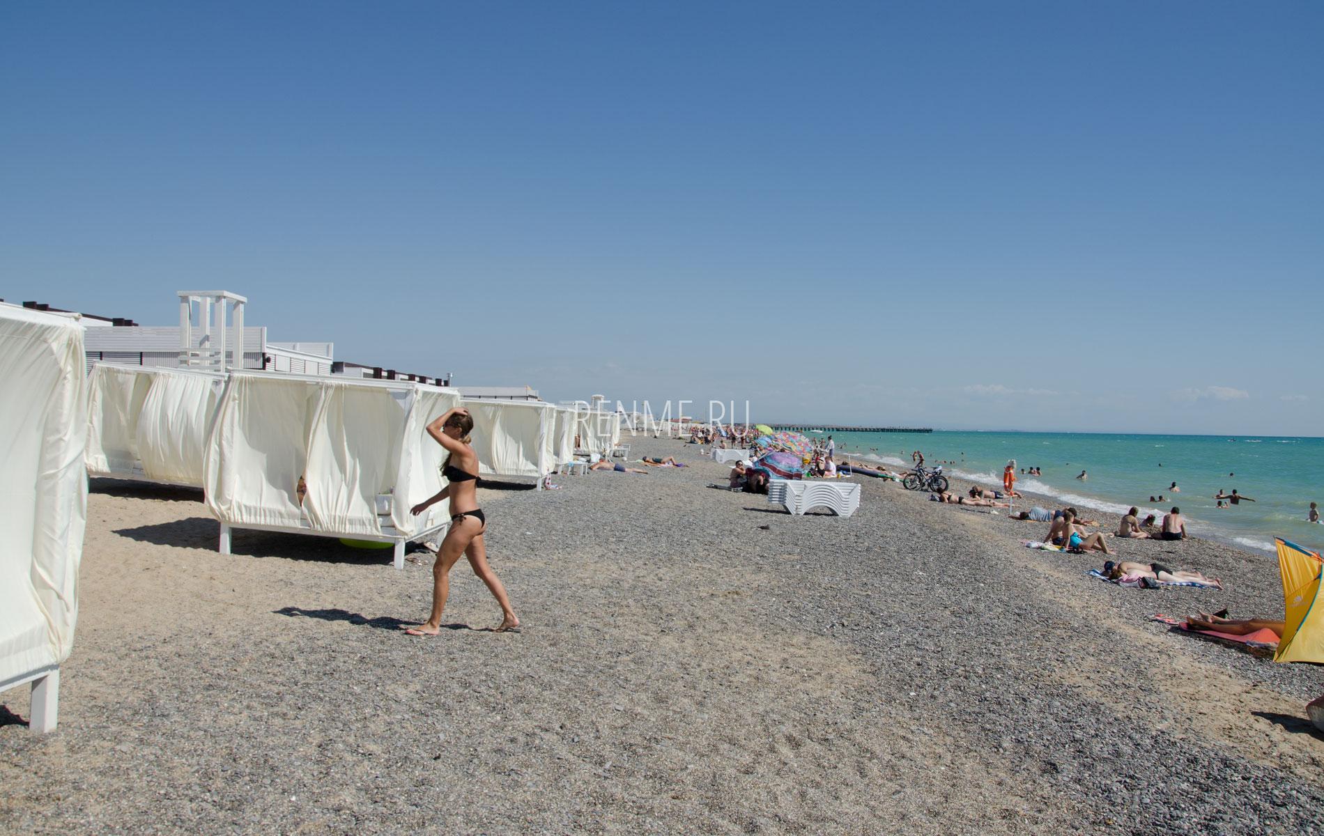 Бунгало на галечном пляже. Фото Новофедоровки
