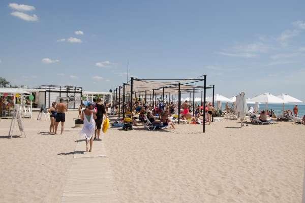 Пляж с бесплатными навесами в Крыму 2020. Фото Заозёрного