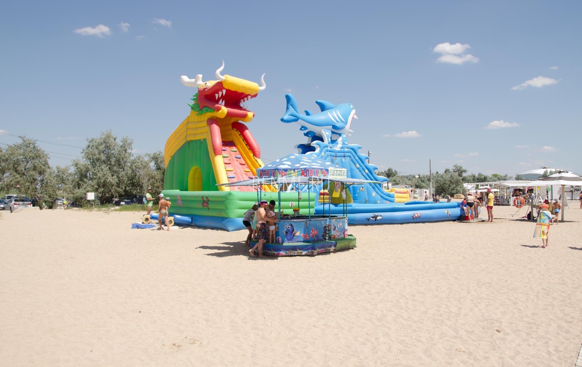 Развлечения для маленьких на пляже в Крыму. Фото Заозёрного