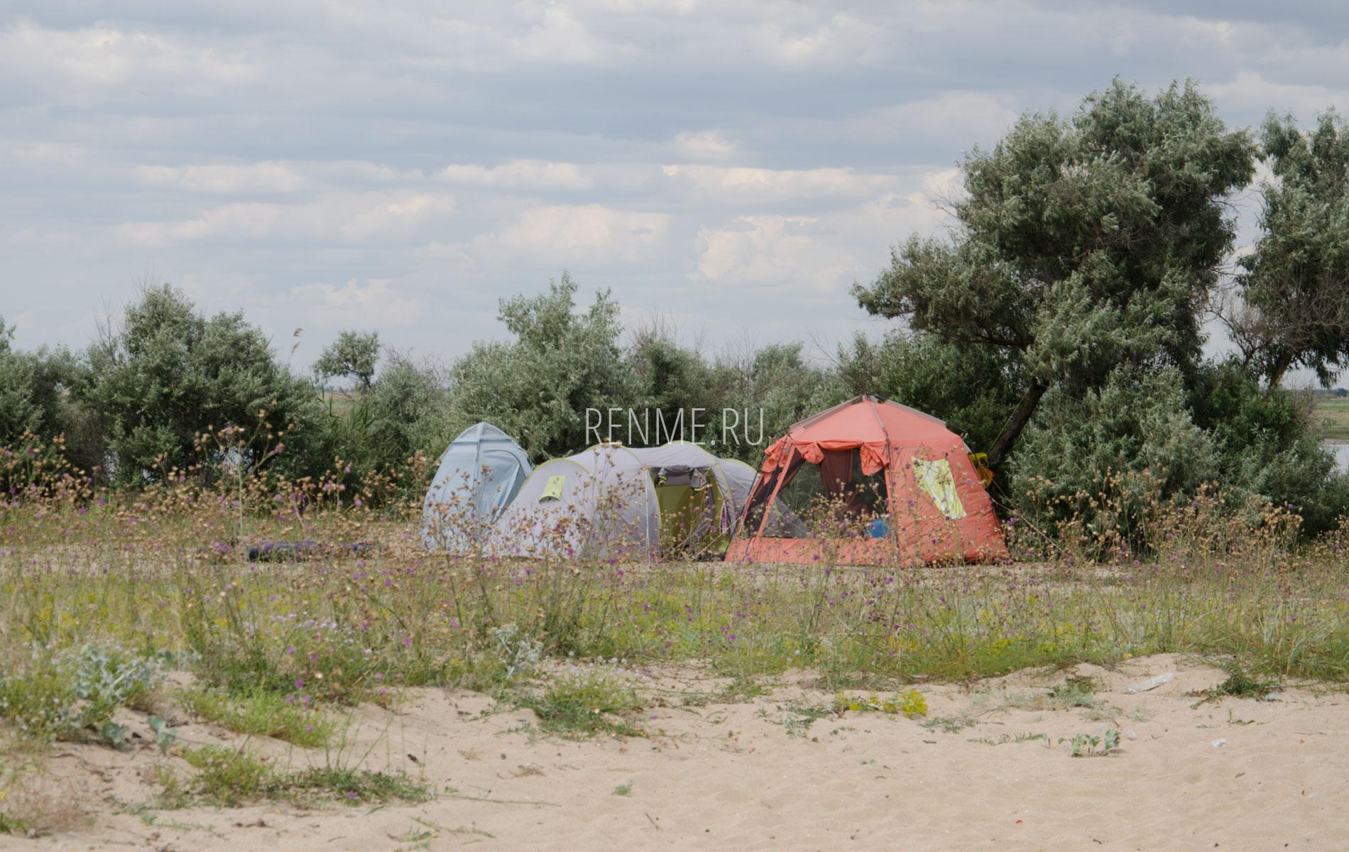 Дикий пляж с палаткой. Фото Заозёрного