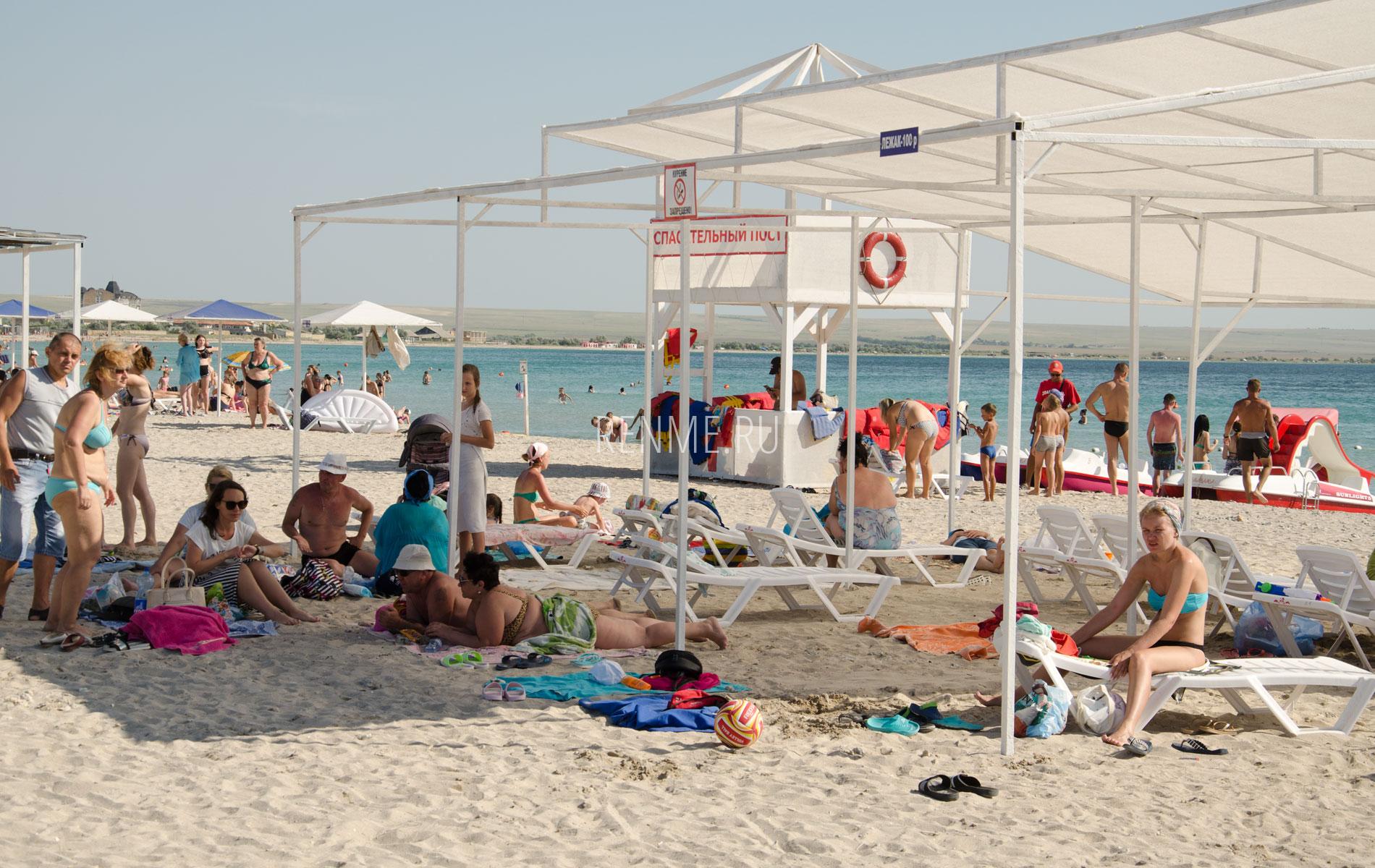 Песчаный пляж с удобствами в Межводном. Фото Межводного