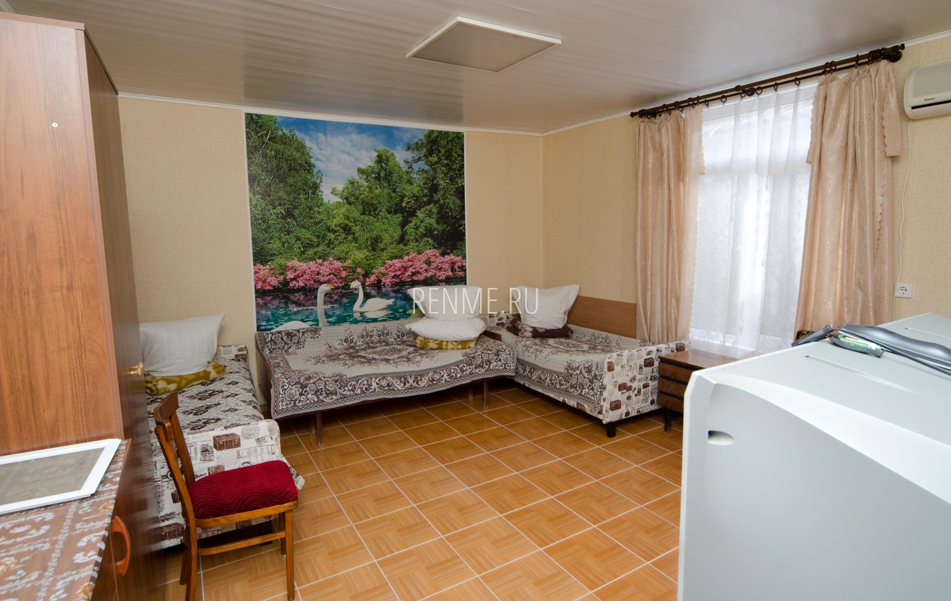 Комната 1. Дом на 8-10 гостей. Номера на Вишневой. Частный сектор Заозёрного