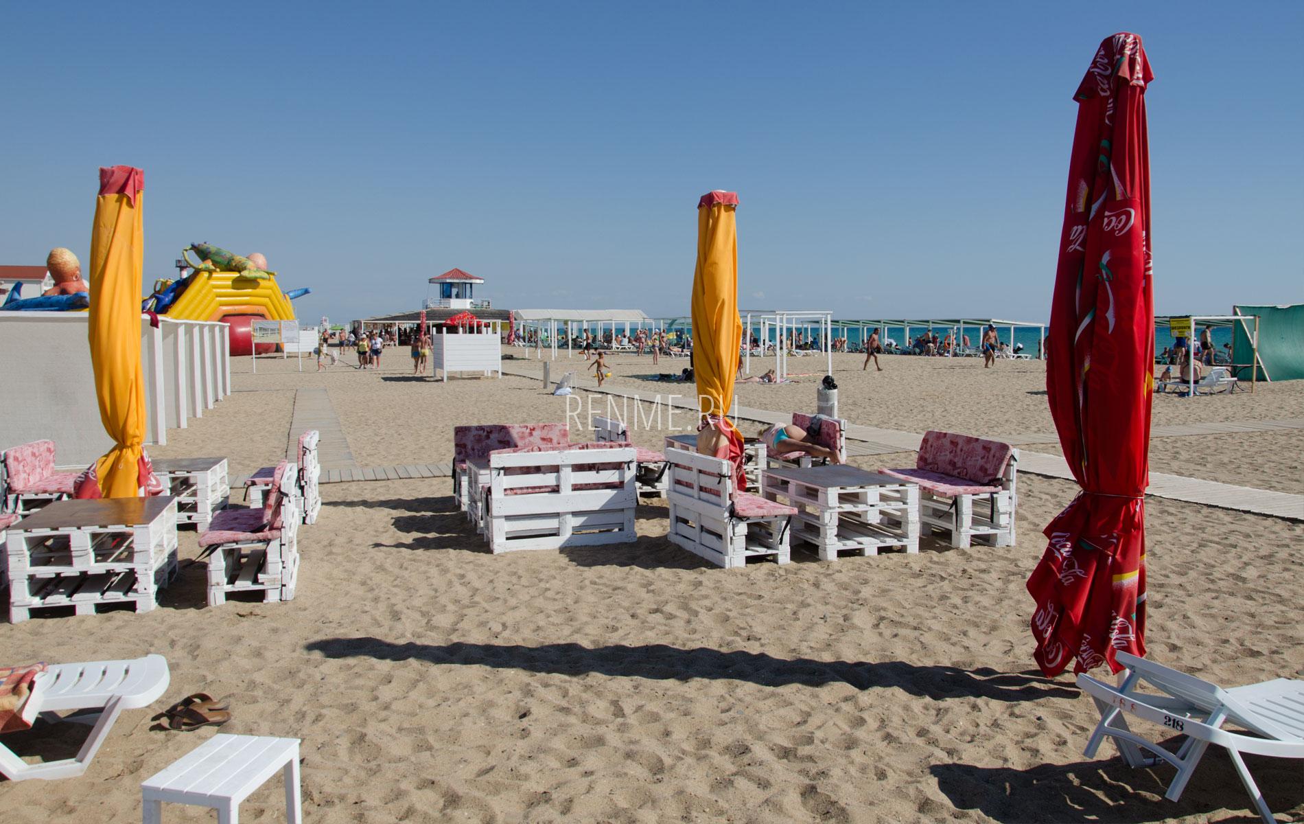 Столики на пляже в Саках. Фото Сак