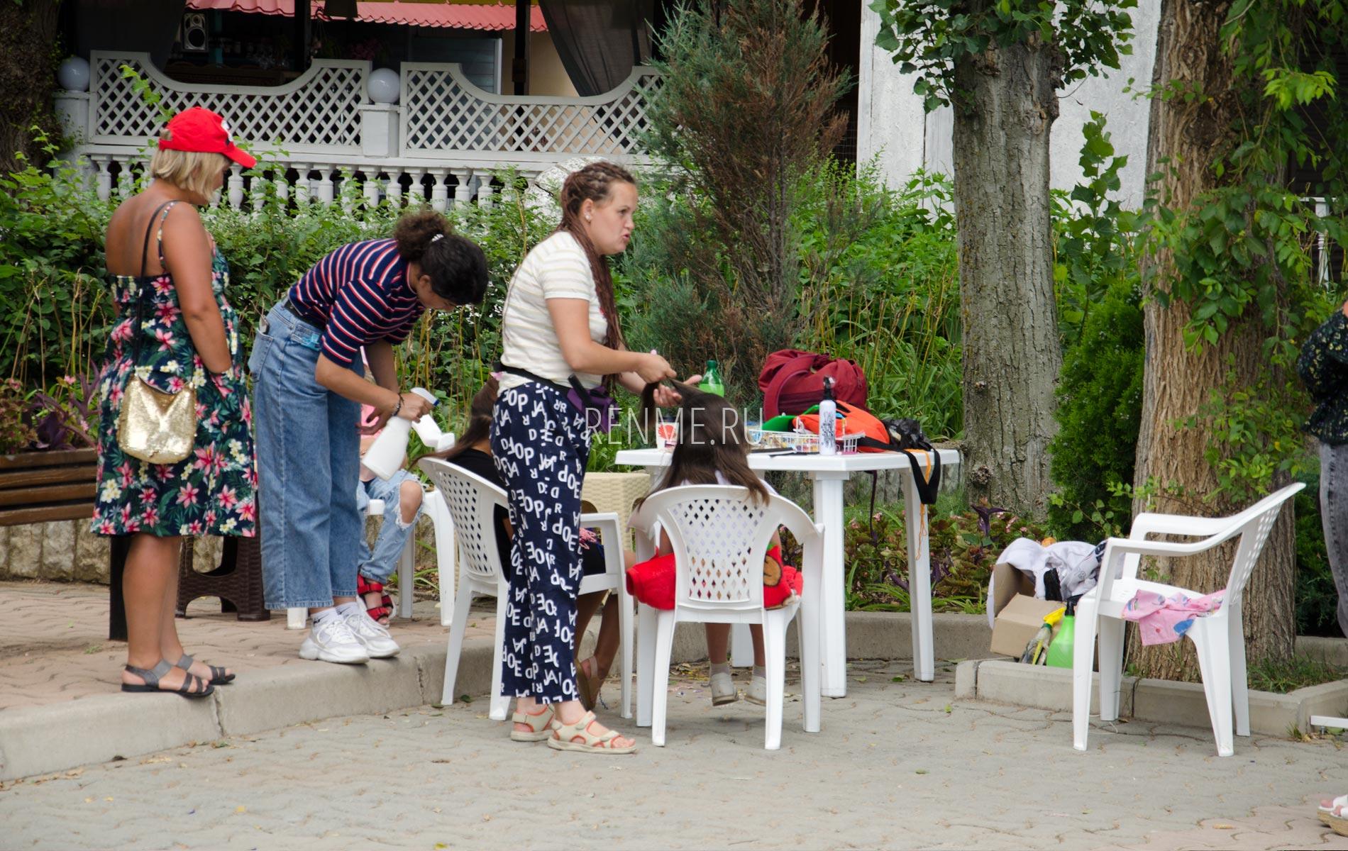 Плетение косичек на набережной. Фото Евпатории