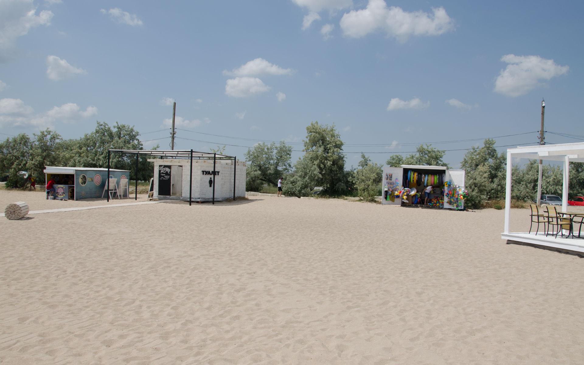 Песчаный пляж с удобствами. Лето 2019. Фото Заозёрного