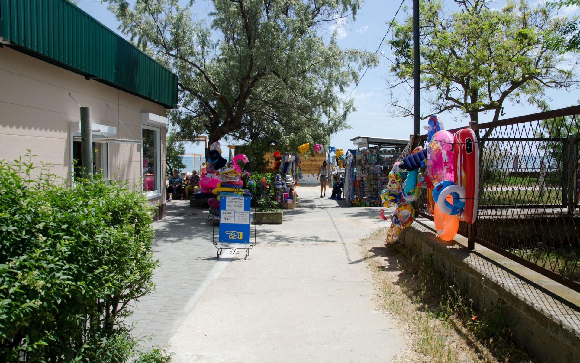 Товары для пляжа в Заозерном. Фото Заозёрного