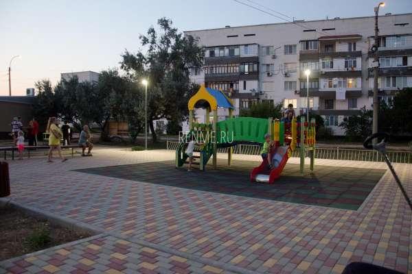 Детские развлечения в сквере. Фото Заозёрного