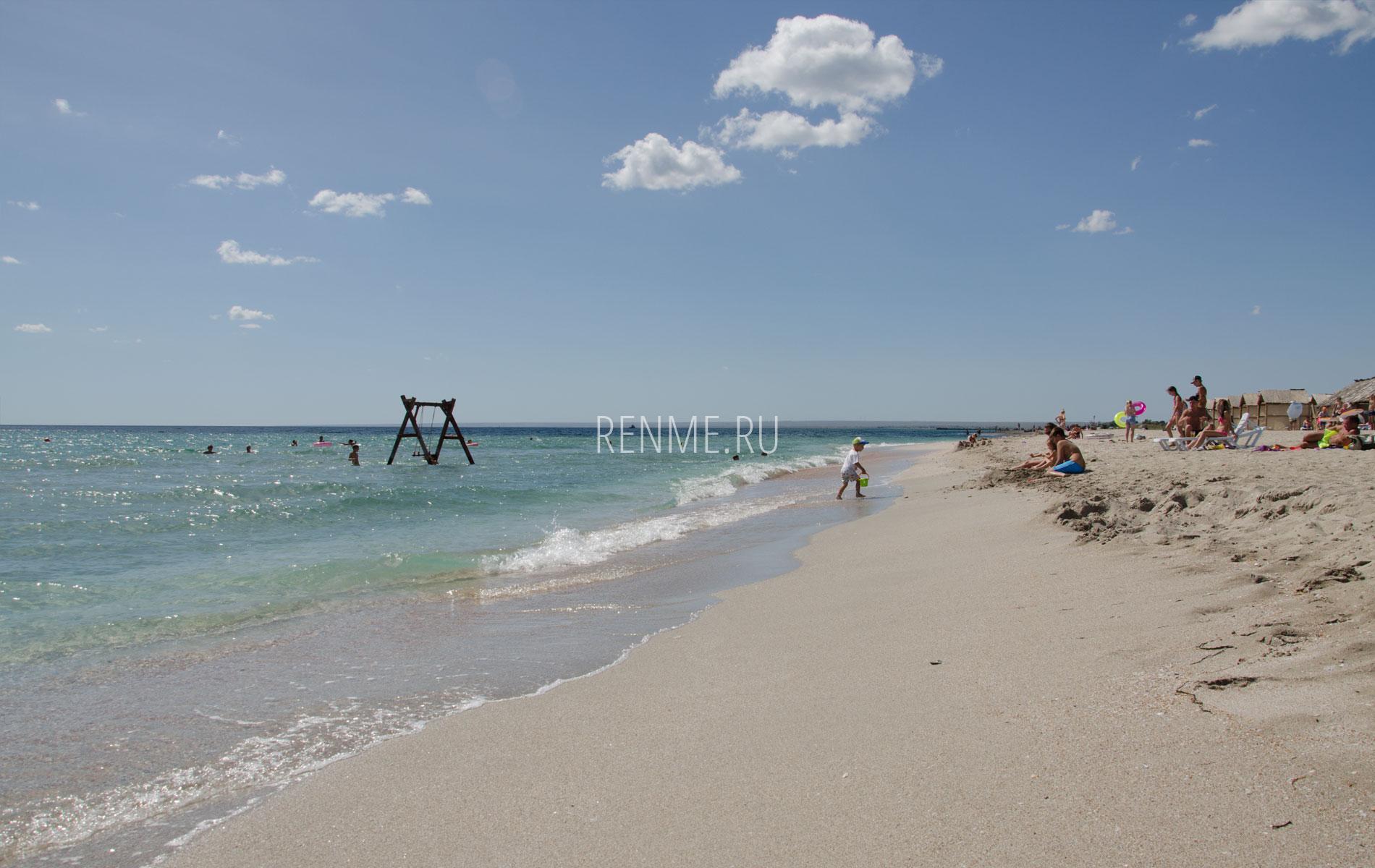 Песчаный детский пляж. Фото Мирного
