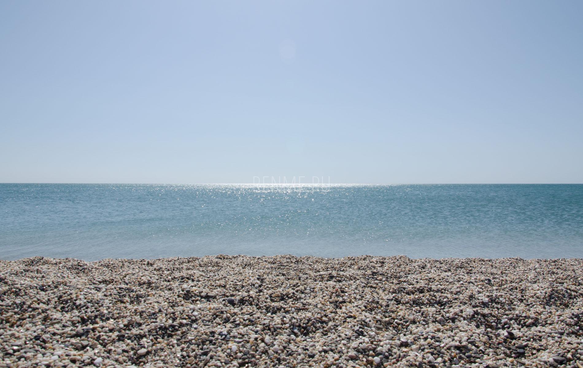Чистый галечный пляж в сентябре. Фото Евпатории