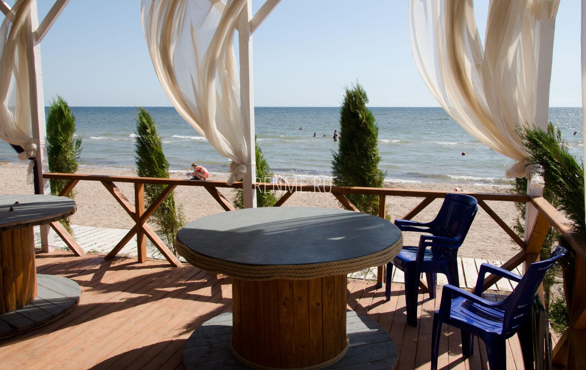 Кафе на пляже Черного моря. Фото Заозёрного