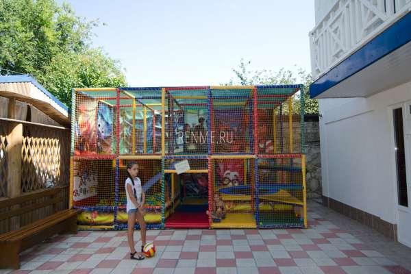 Отель с игровой площадкой. Фото Оленевки
