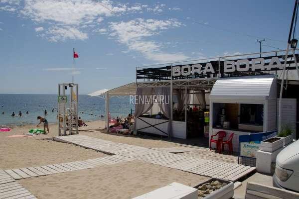 Кафе с пляжем в июле 2020. Фото Заозёрного