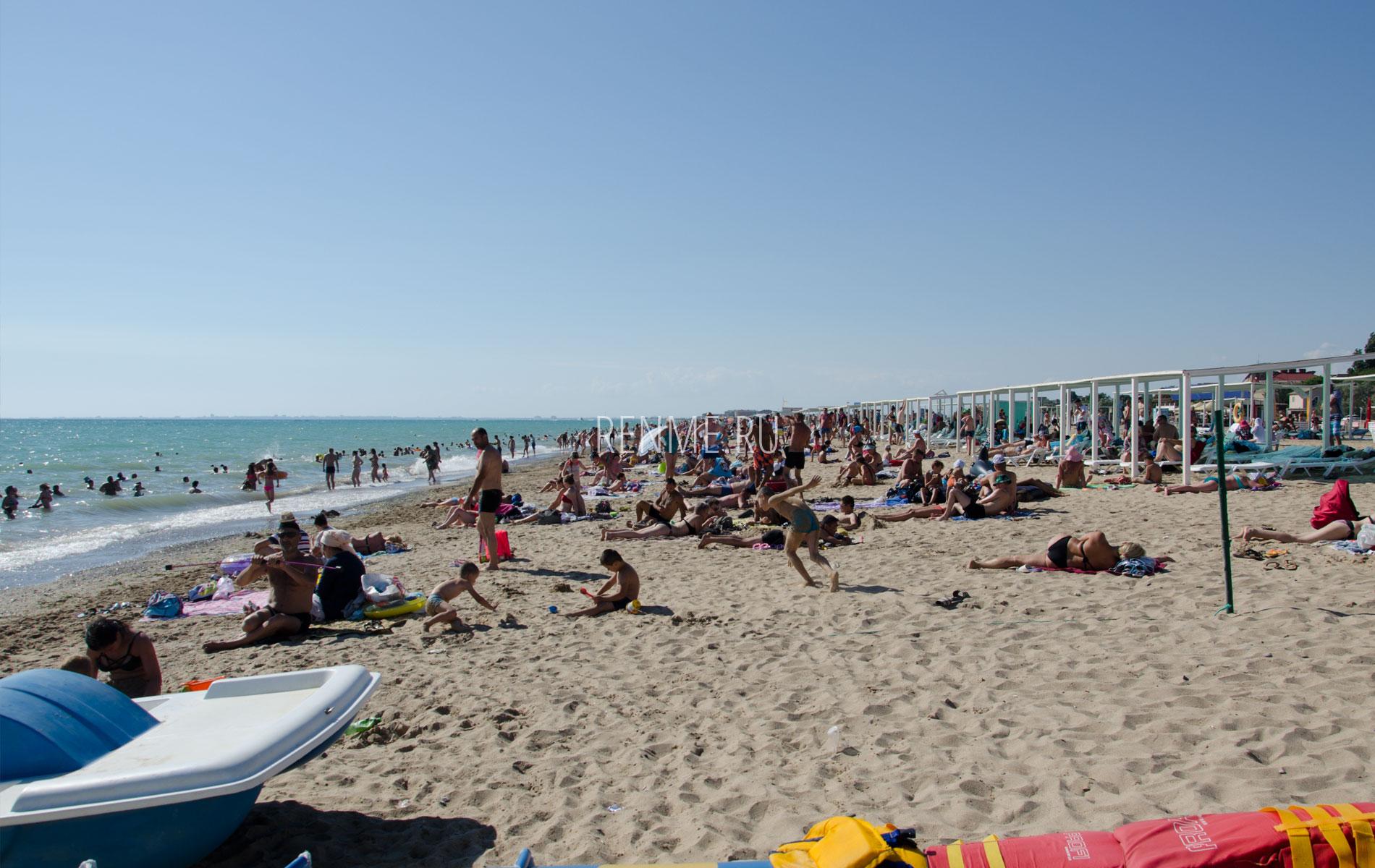 Отдыхающие на песчаном пляже. Фото Сак