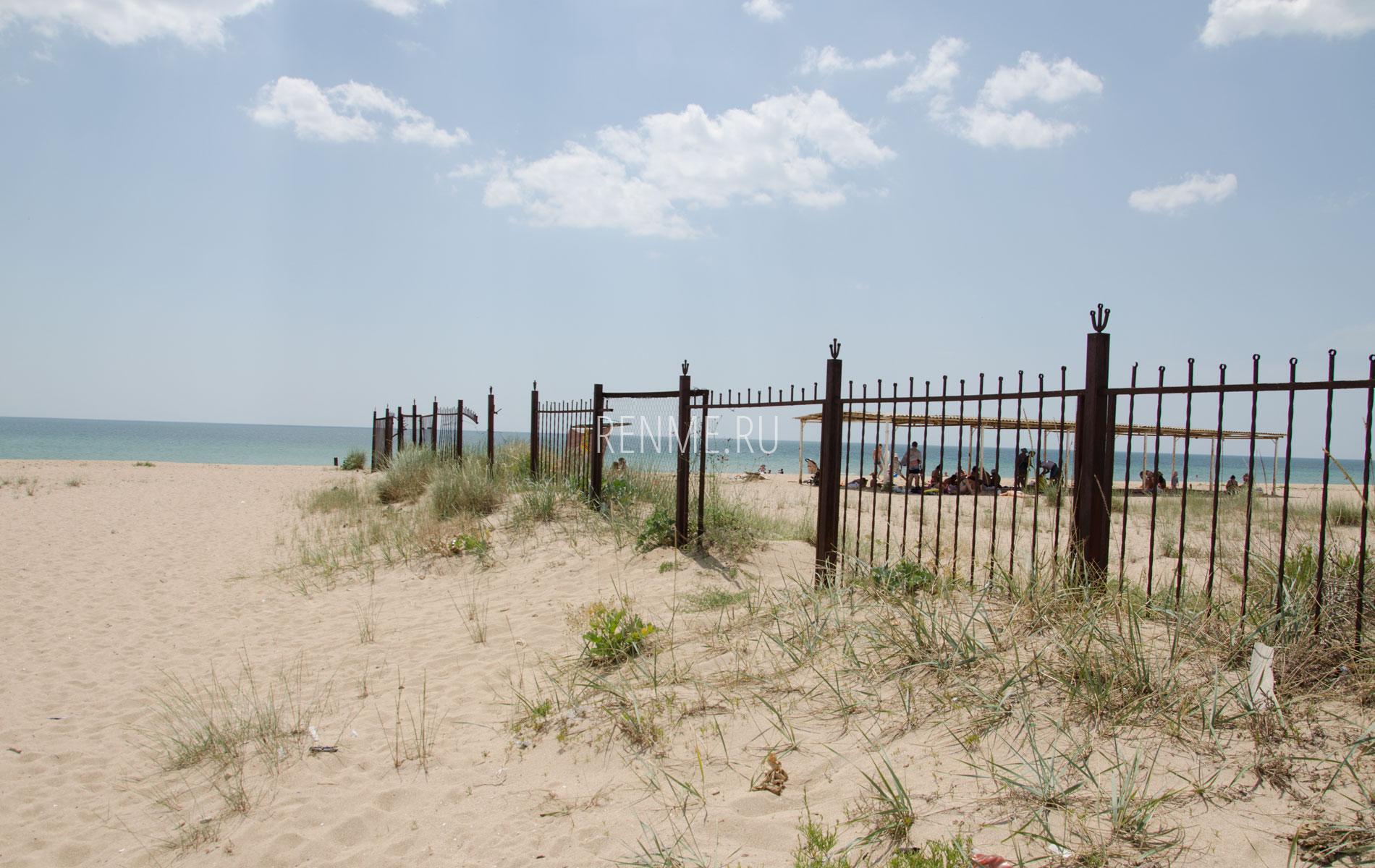 Старый пляжный забор. Фото Молочного