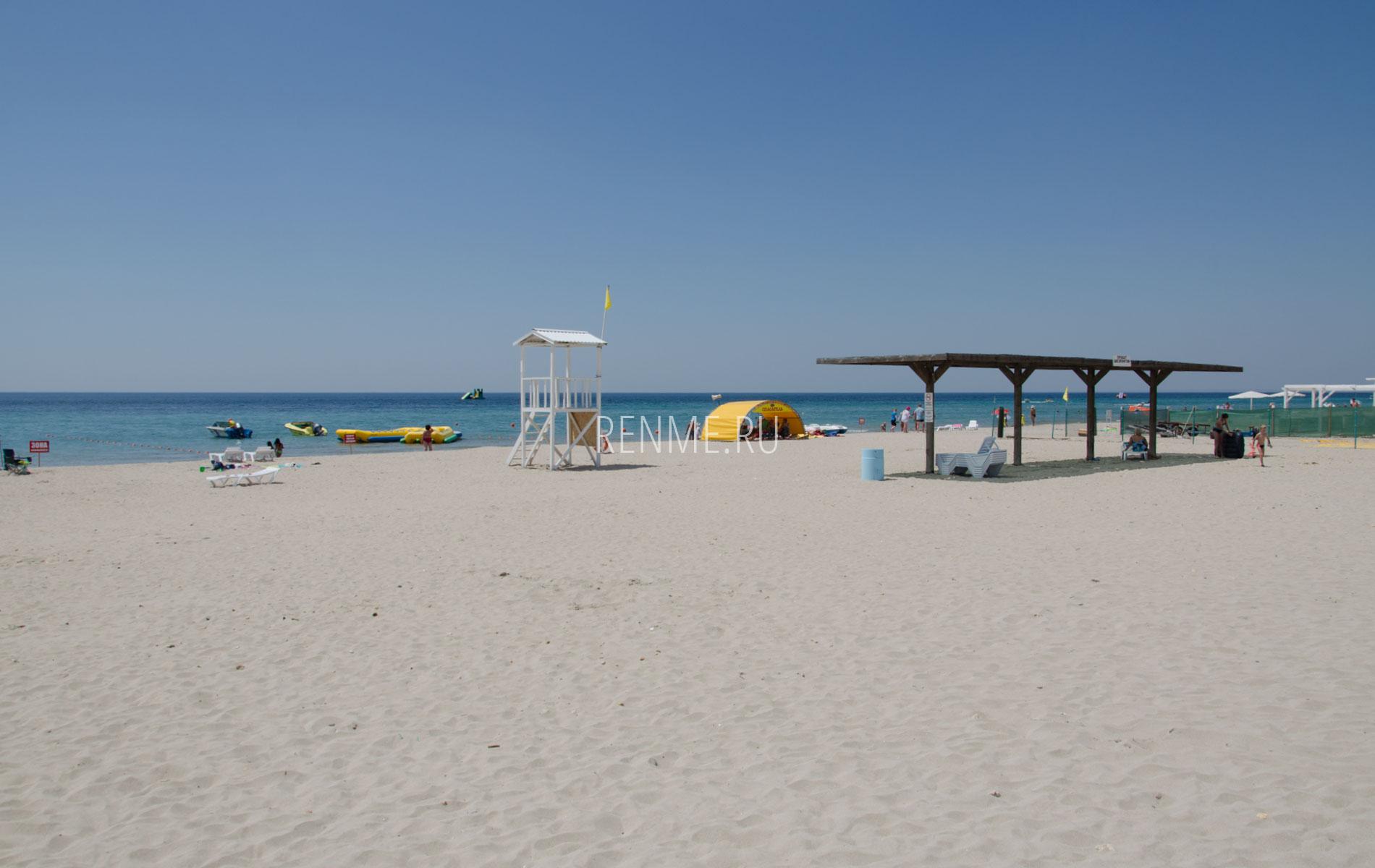 Крымский пляж с песком. Фото Штормового