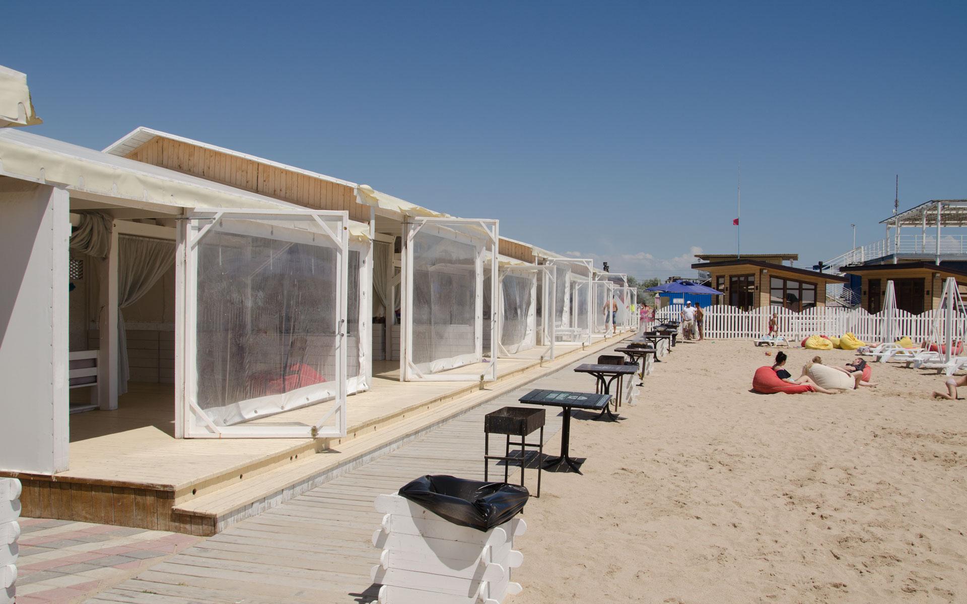 Место с мангалом на пляже. Фото Евпатории