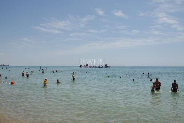 Надувные горки в море в Крыму. Фото Заозёрного