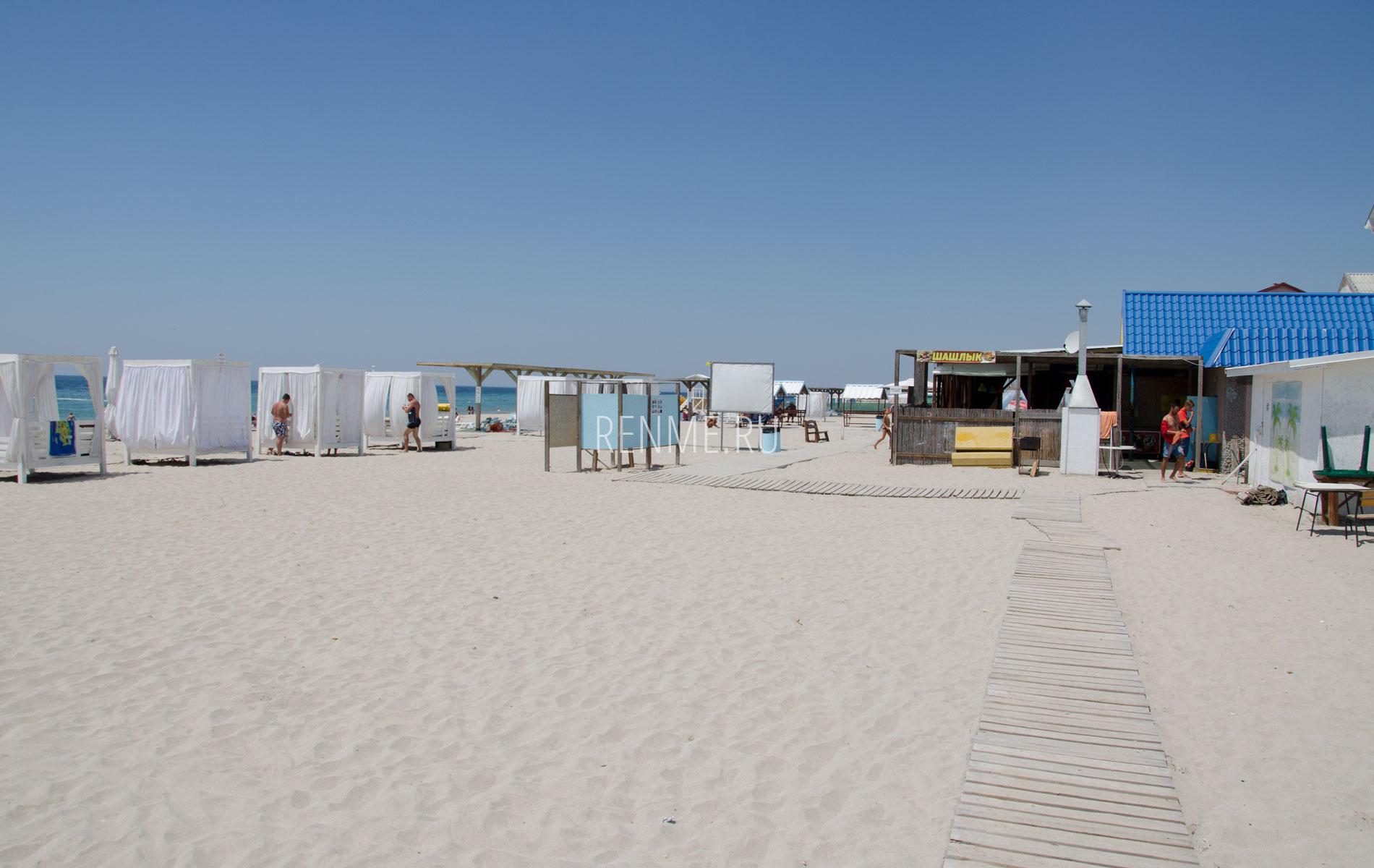 Белый песок на пляже. Фото Штормового