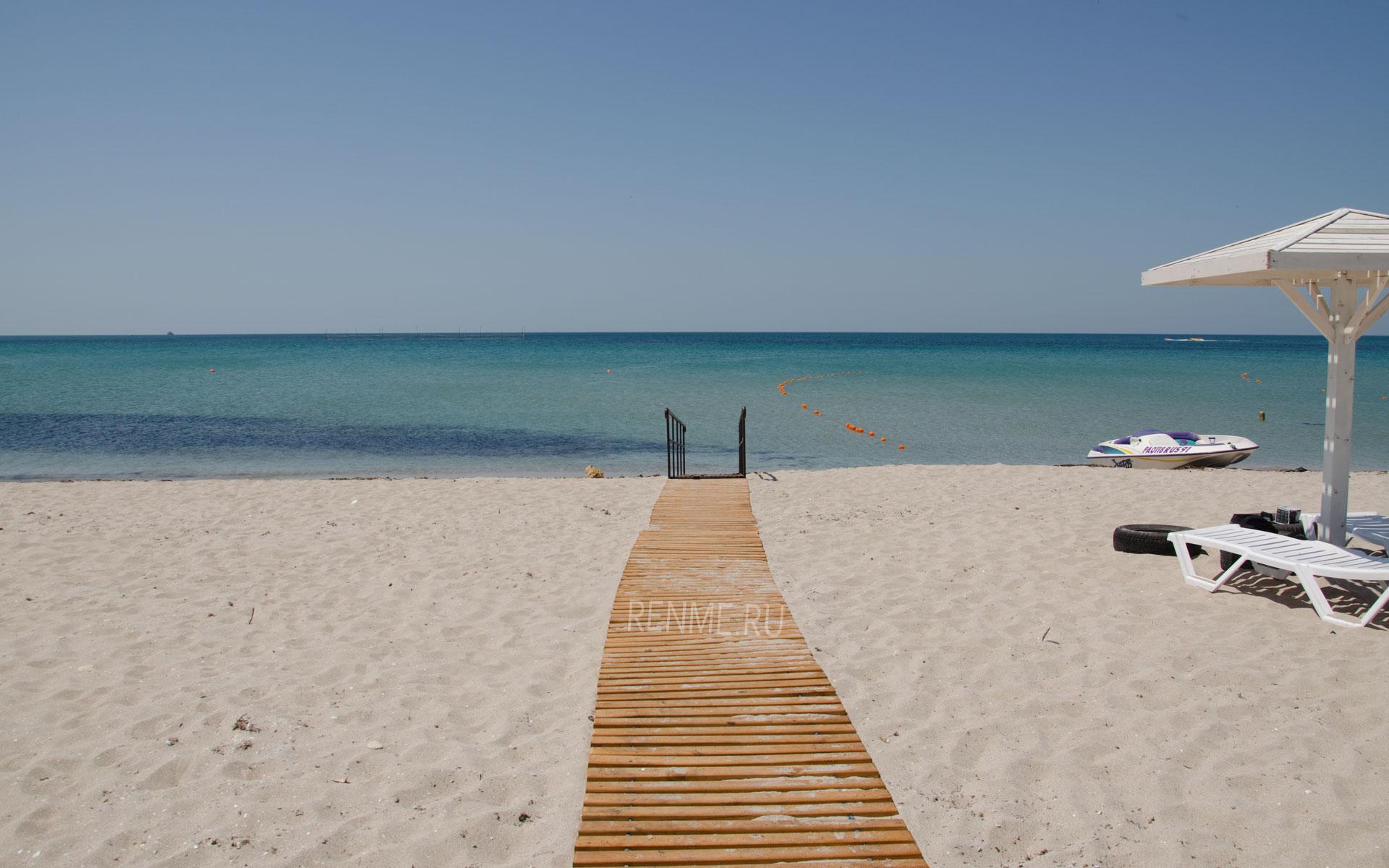 Пляж с дорожкой в воду в Оленевке. Фото Оленевки