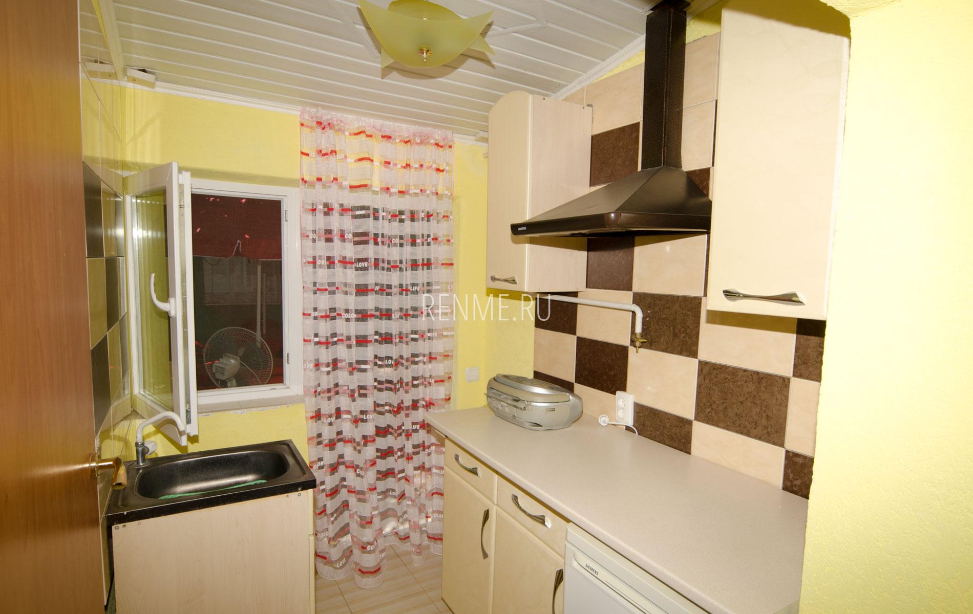 """Кухня в квартире. Квартира 4. Апарт-отель """"Берюзовый Бриз"""". Заозёрное"""