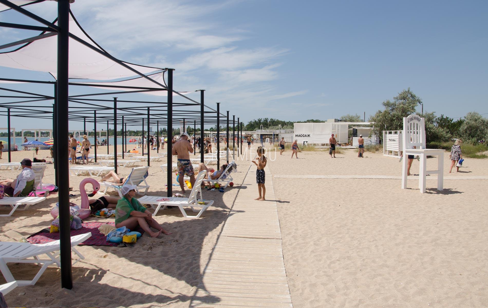 Оборудованный пляж в Крыму 2020. Фото Заозёрного
