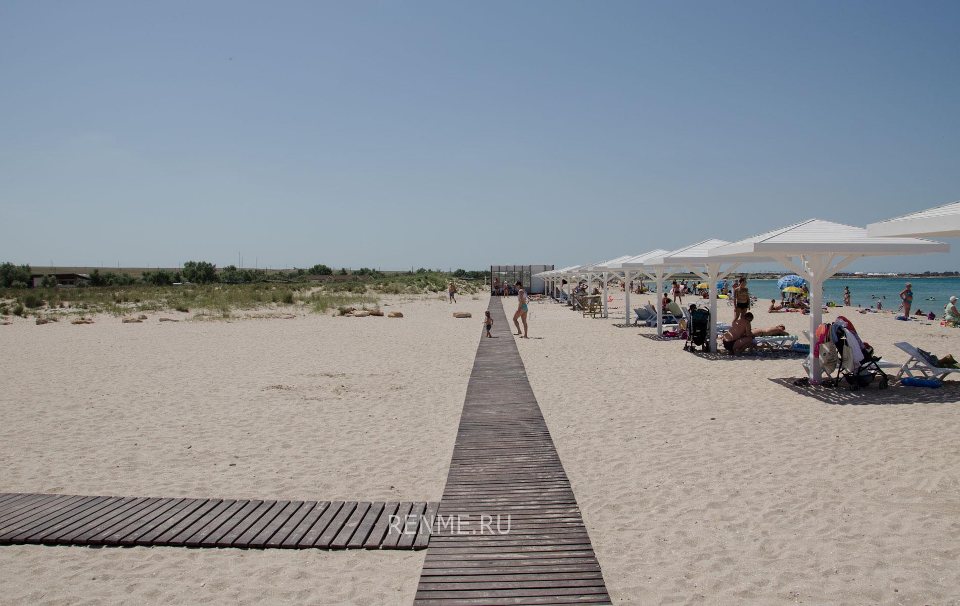 Пляж SUNSET слева от входа. Фото Оленевки
