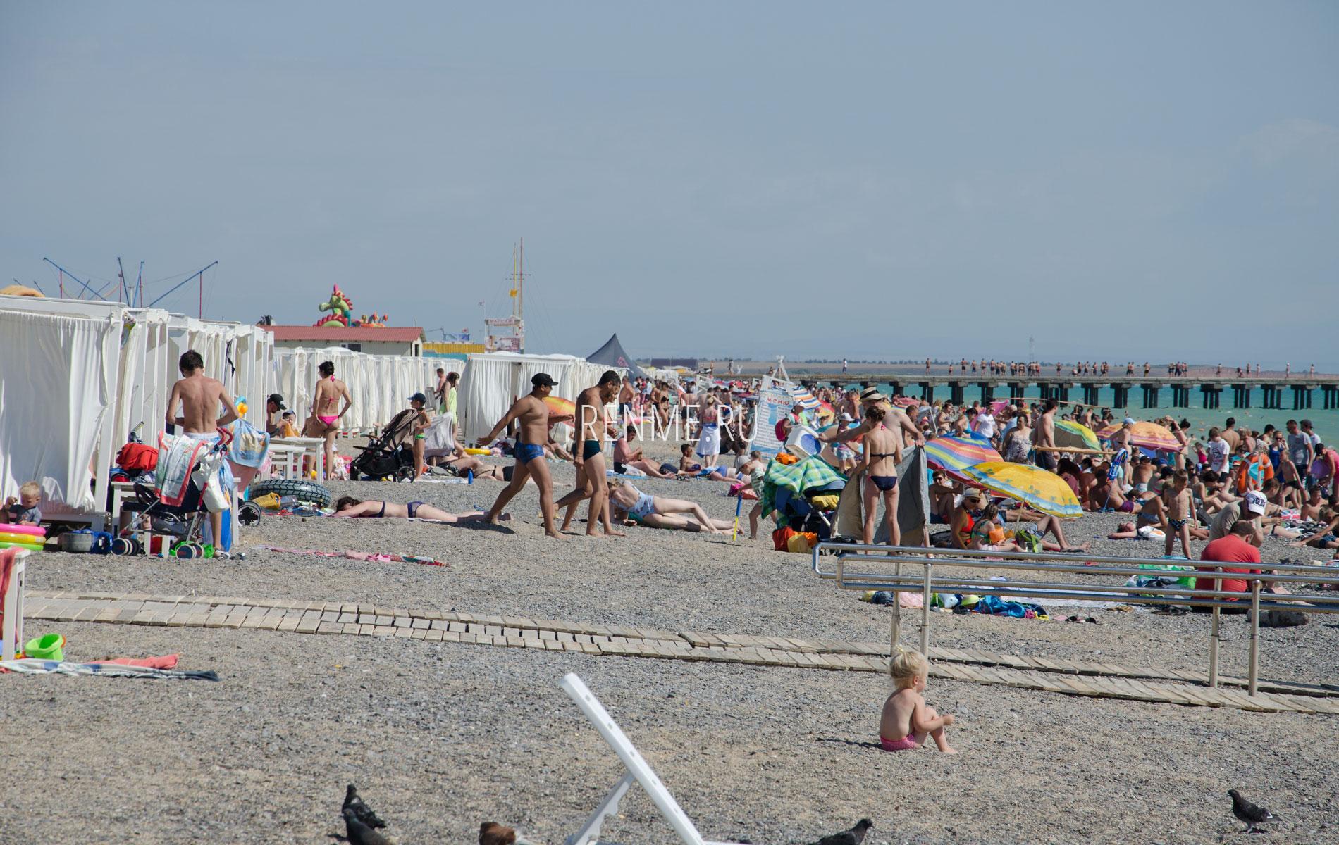 Отдыхающие на пляже. Фото Новофедоровки