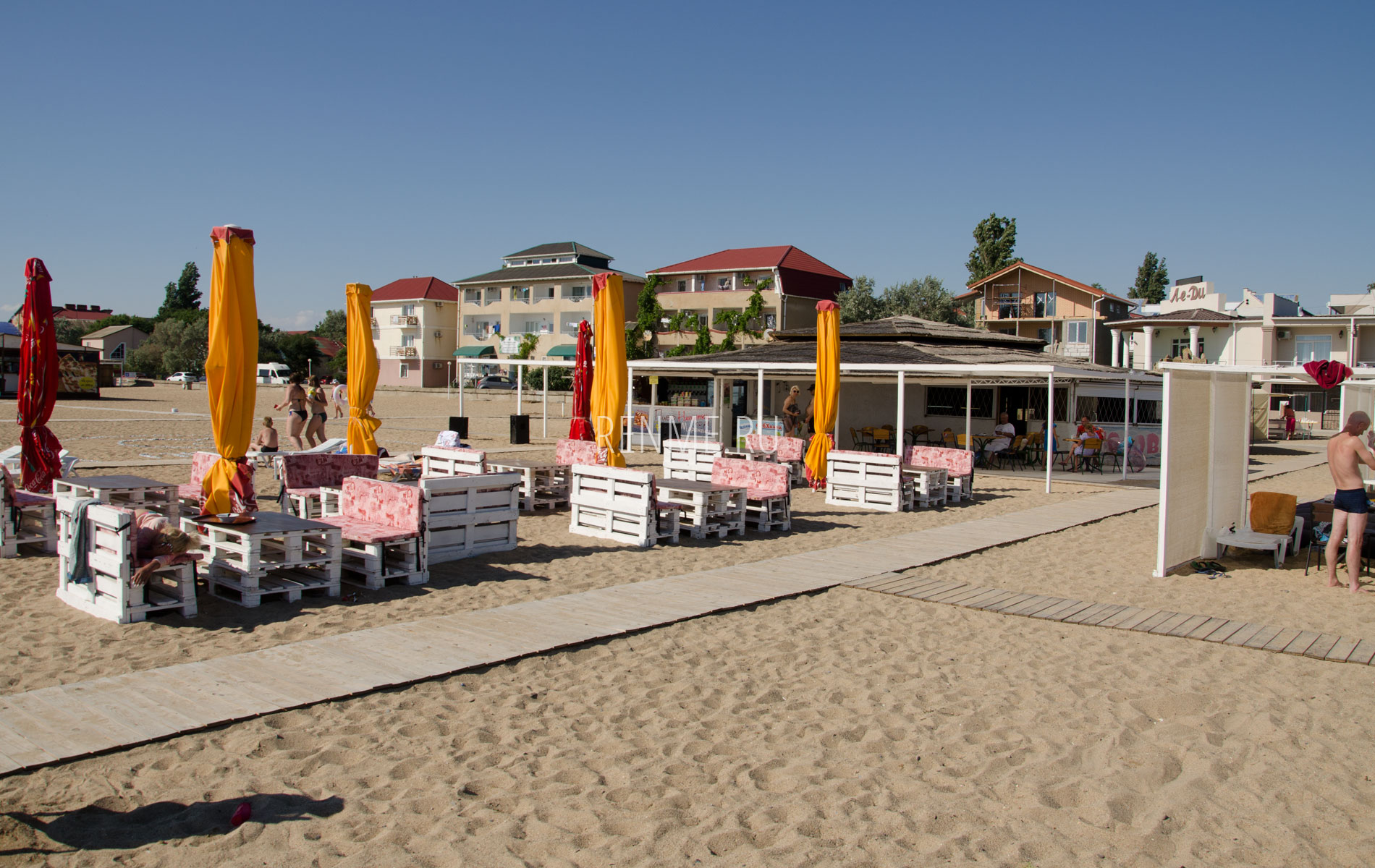 Кафе на песчаном пляже в Саках. Фото Сак