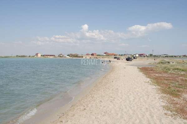 Песчаный пляж на озере. Фото Штормового