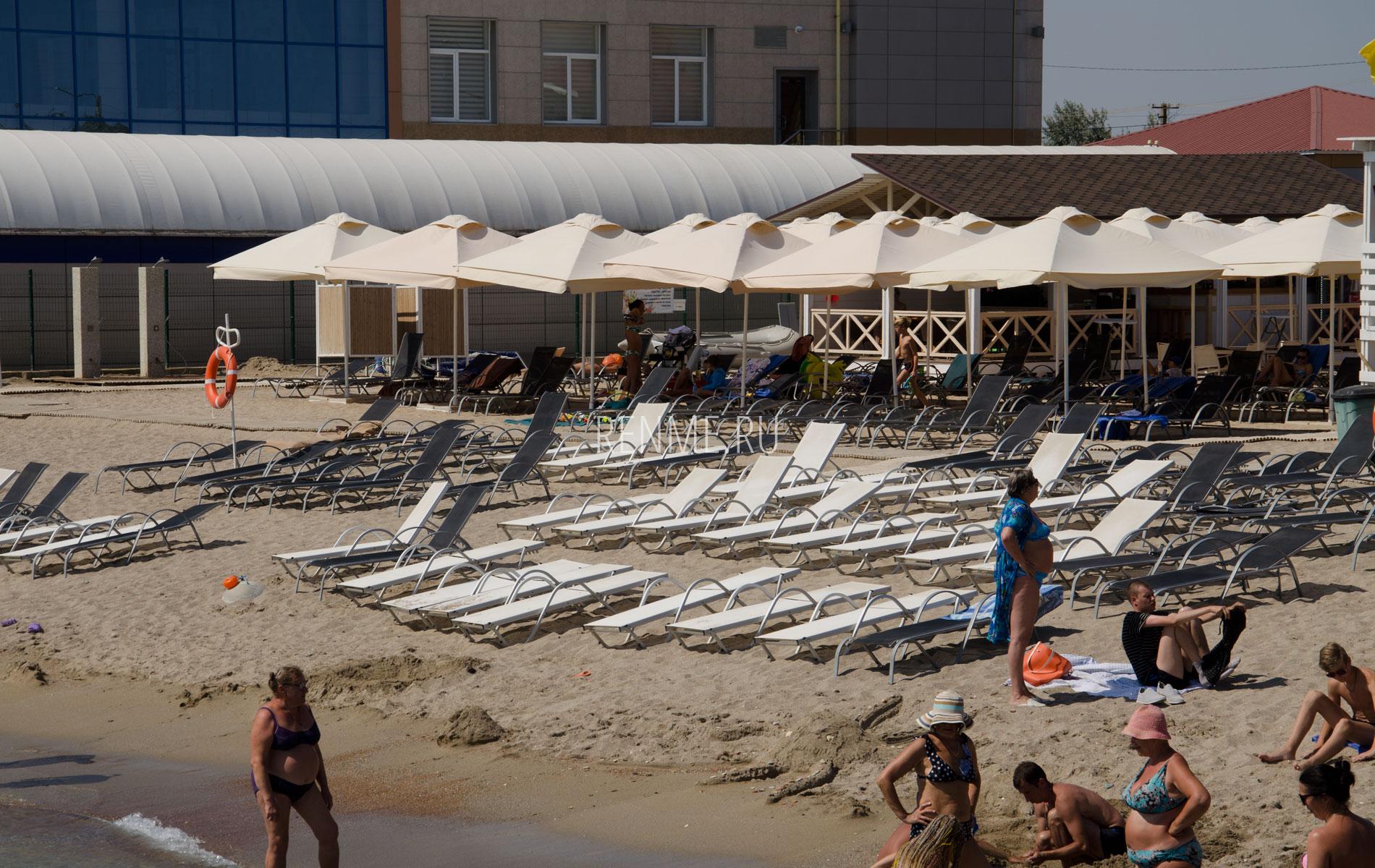 Песчаный пляж с удобствами в Евпатории. Фото Евпатории