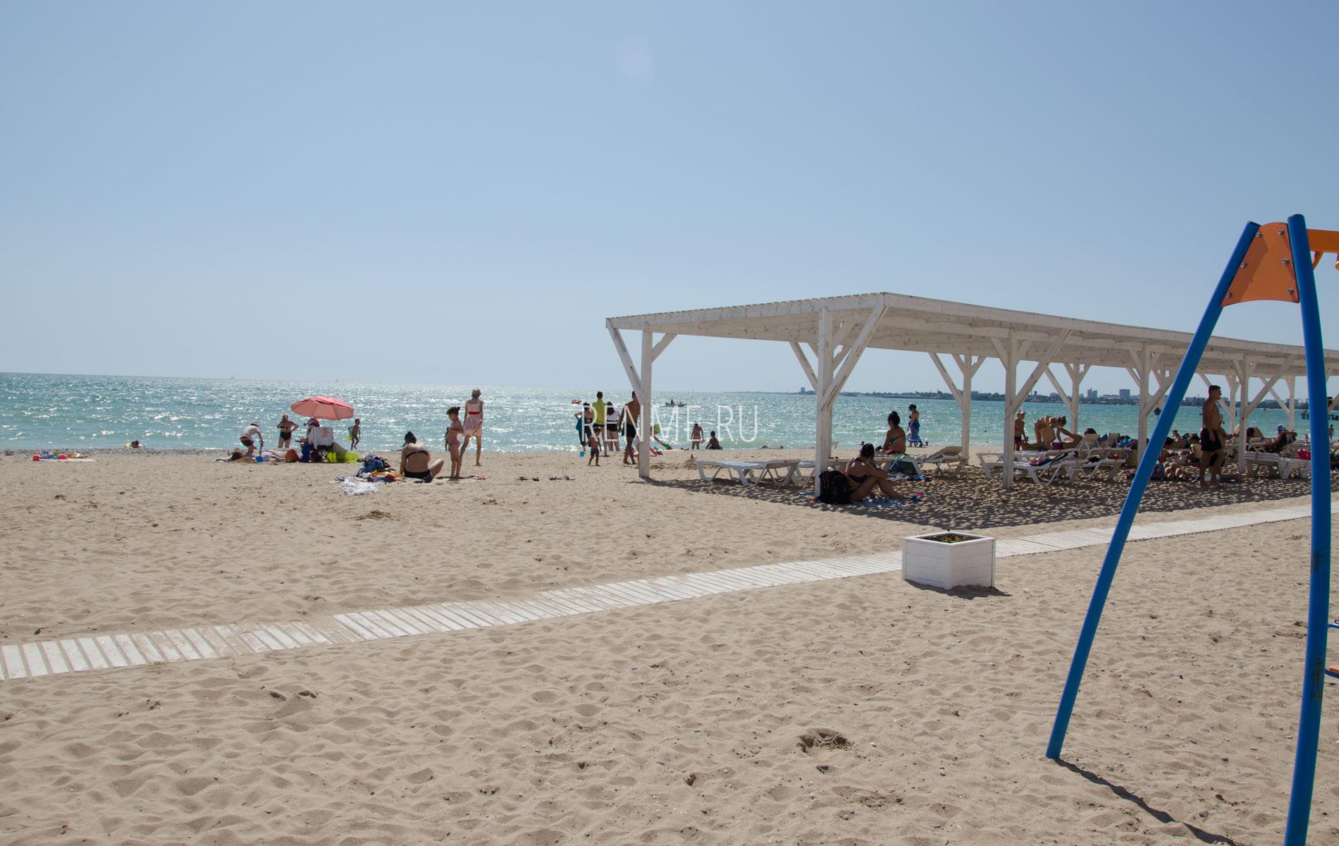 Золотой пляж с навесом. Фото Евпатории