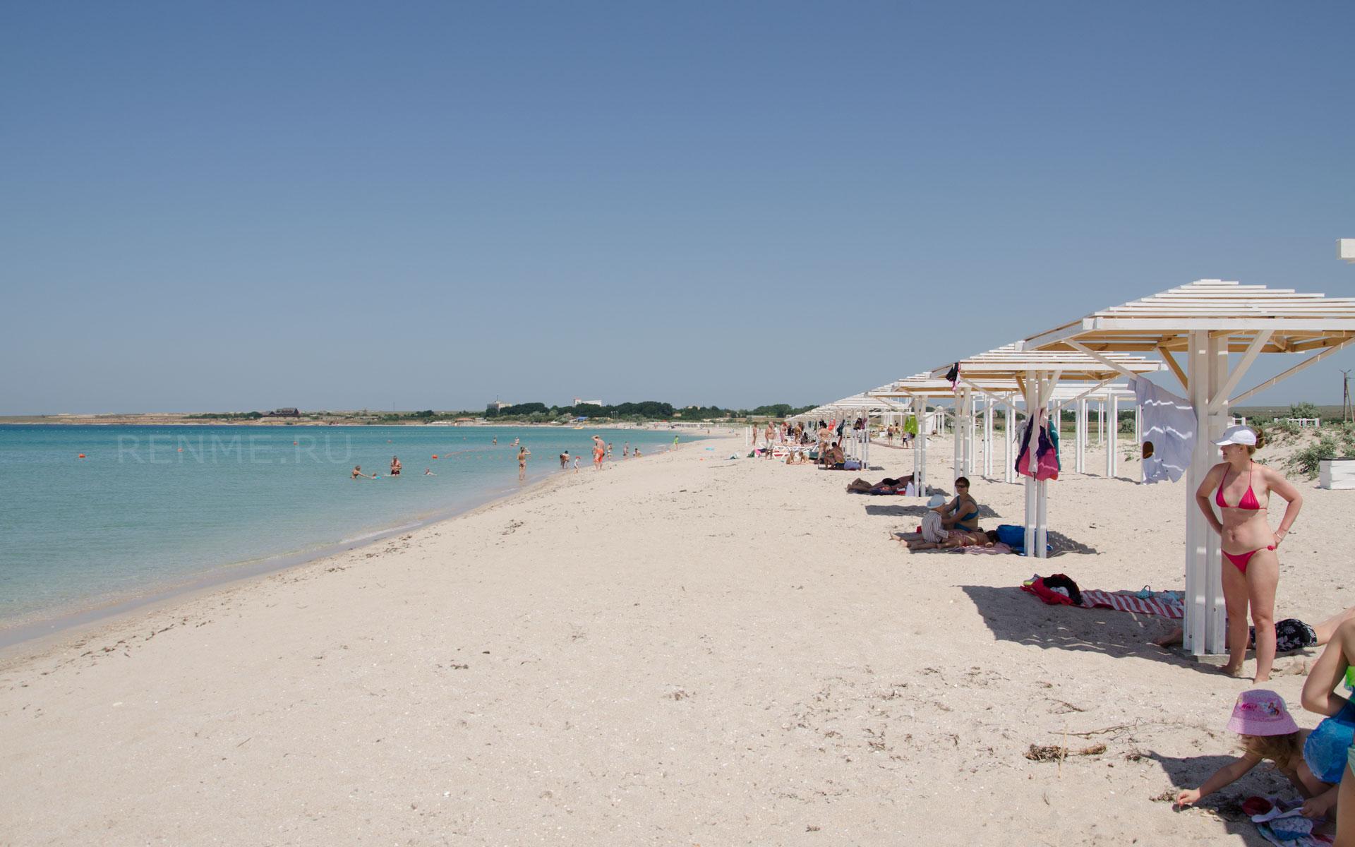 Песчаный пляж и чистое море. Фото Оленевки