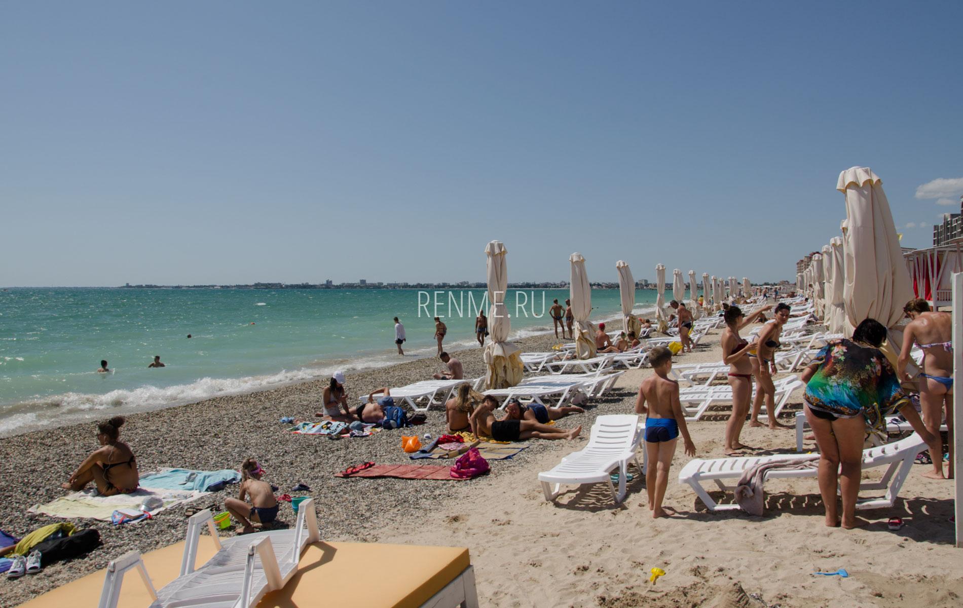 "Зонтики на пляже ""Роял"" в Евпатории. Фото Евпатории"