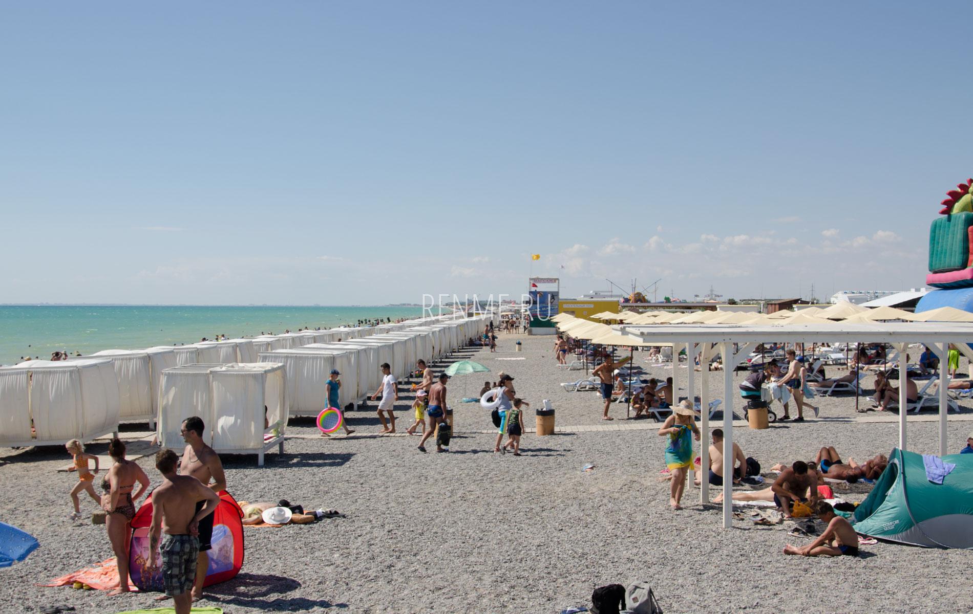 Бунгало и зонтики на пляже. Фото Новофедоровки