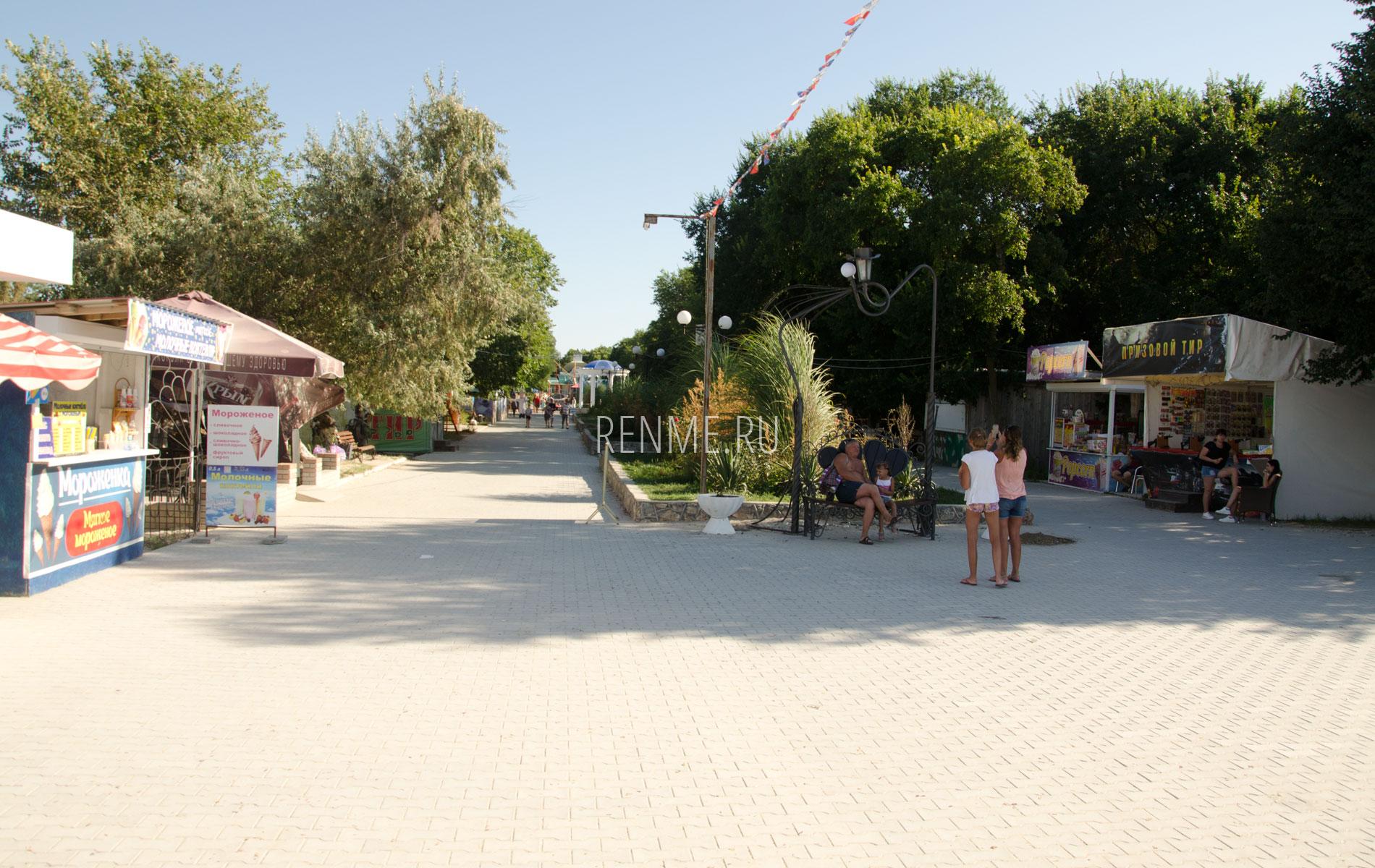 Центральная аллея. Фото Черноморского