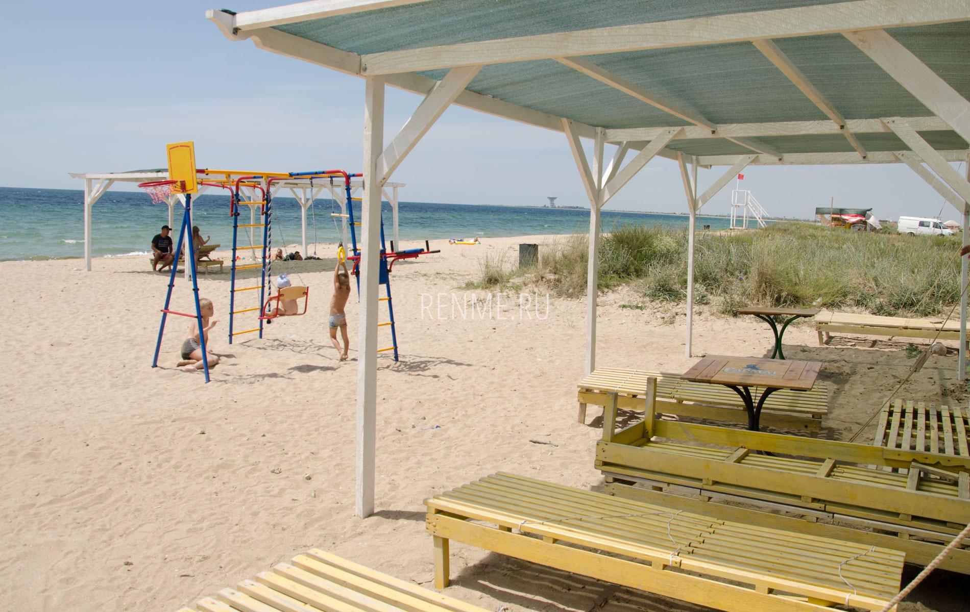 Пляж с навесами и детской площадкой. Фото Заозёрного