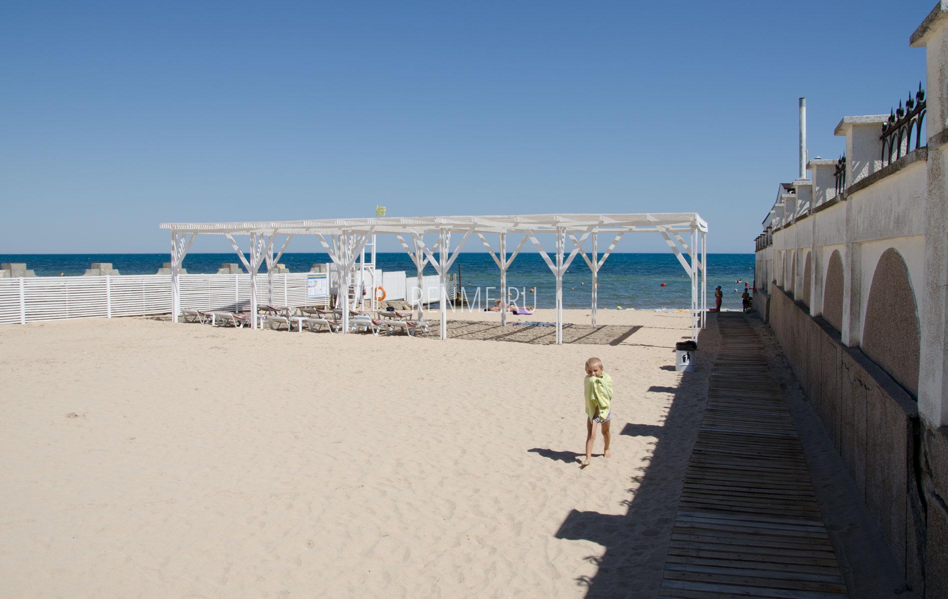 Море с песчаным пляжем в Заозерном. Фото Заозёрного
