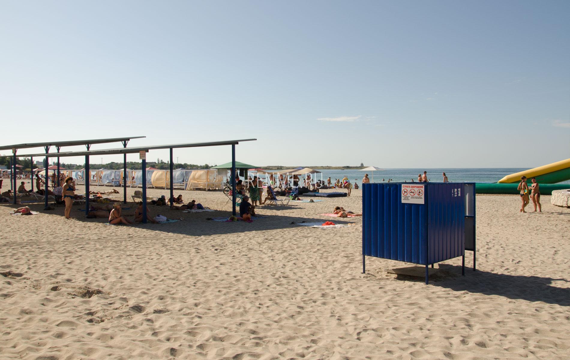 Пляж с удобствами в Черноморском. Фото Черноморского