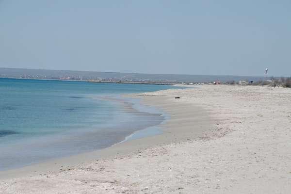 Пляж в Мирном в апреле. Фото Мирного