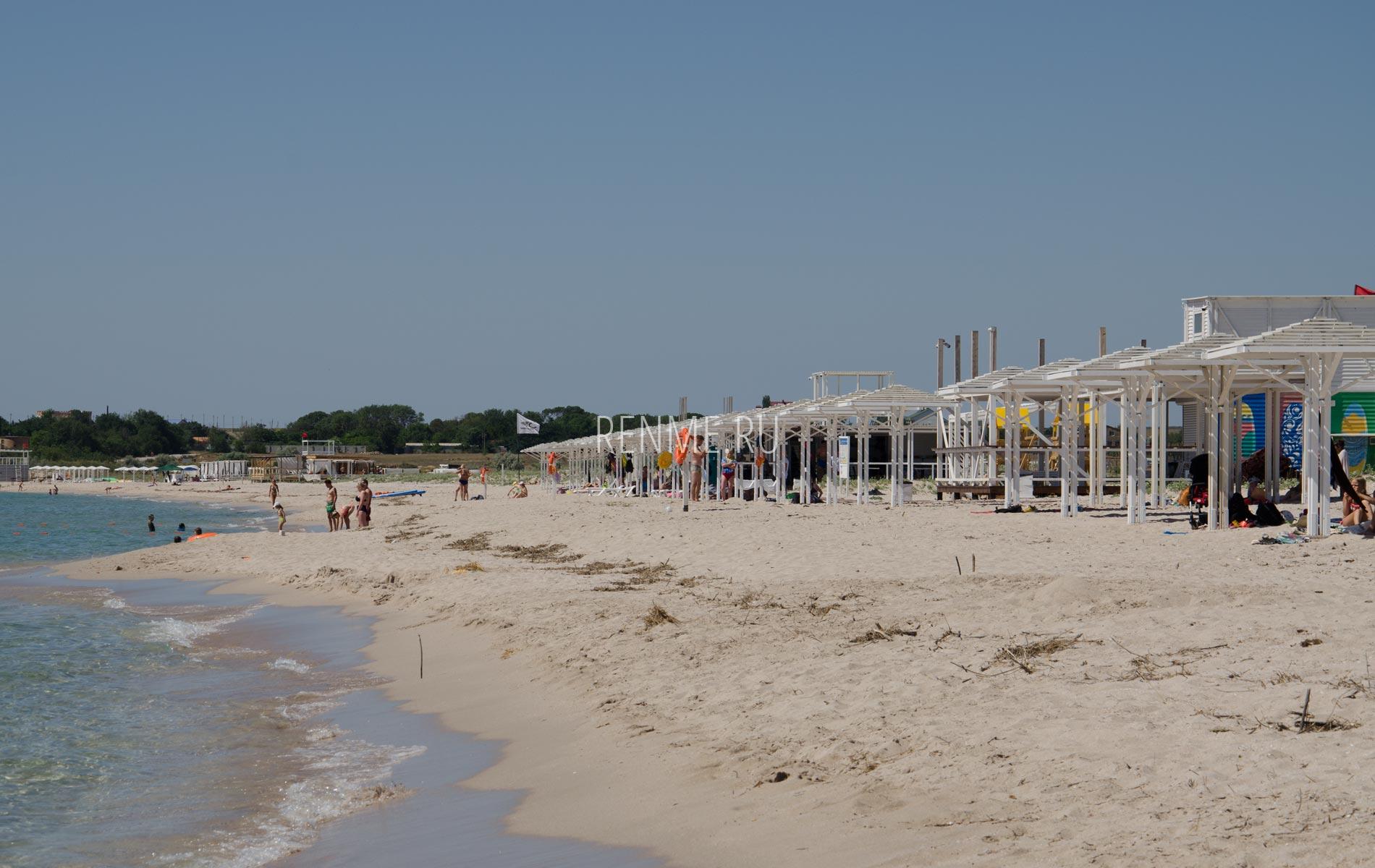 Оборудованный пляж на белых песках. Фото Оленевки