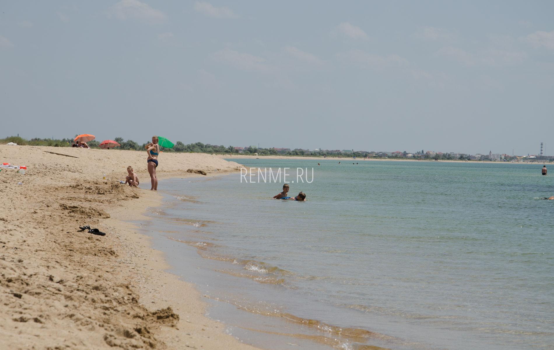 Дикий песчаный пляж в Молочном. Фото Молочного