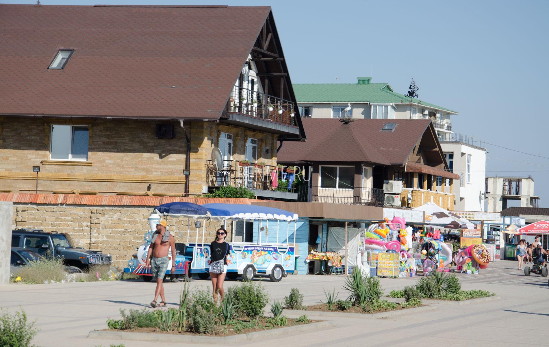 Отели на набережной Прибрежного. Фото Прибрежного