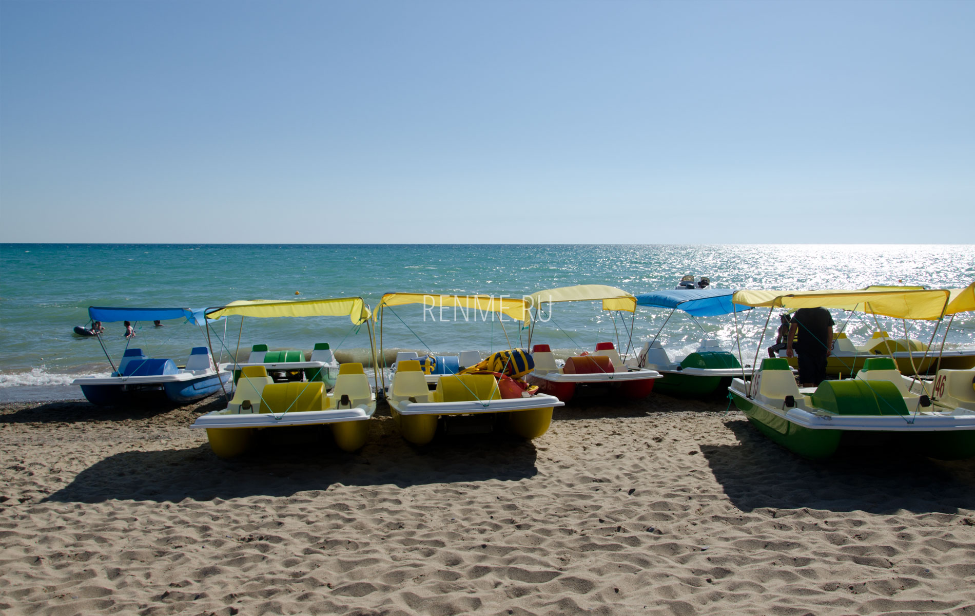 Катамараны на пляже в Саках. Фото Сак