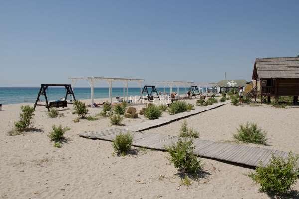 Обустроенный песчаный пляж. Фото Штормового