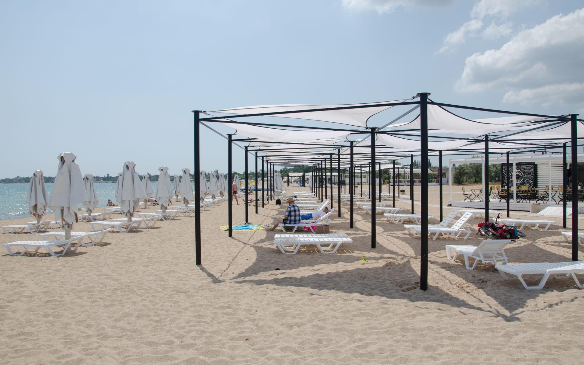 Бесплатные теневые навесы на пляже. Фото Заозёрного