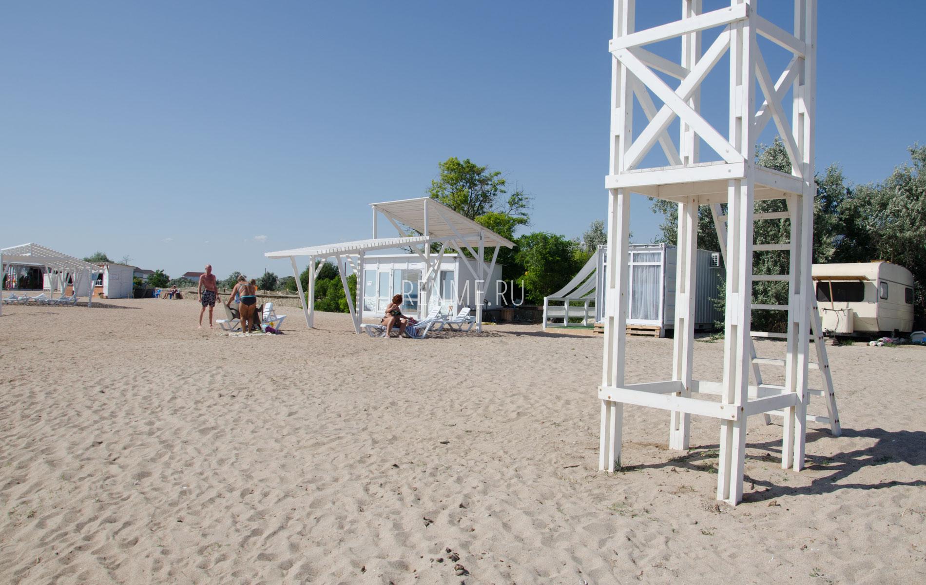 Песчаный пляж Калипсо в Заозерном. Фото Заозёрного