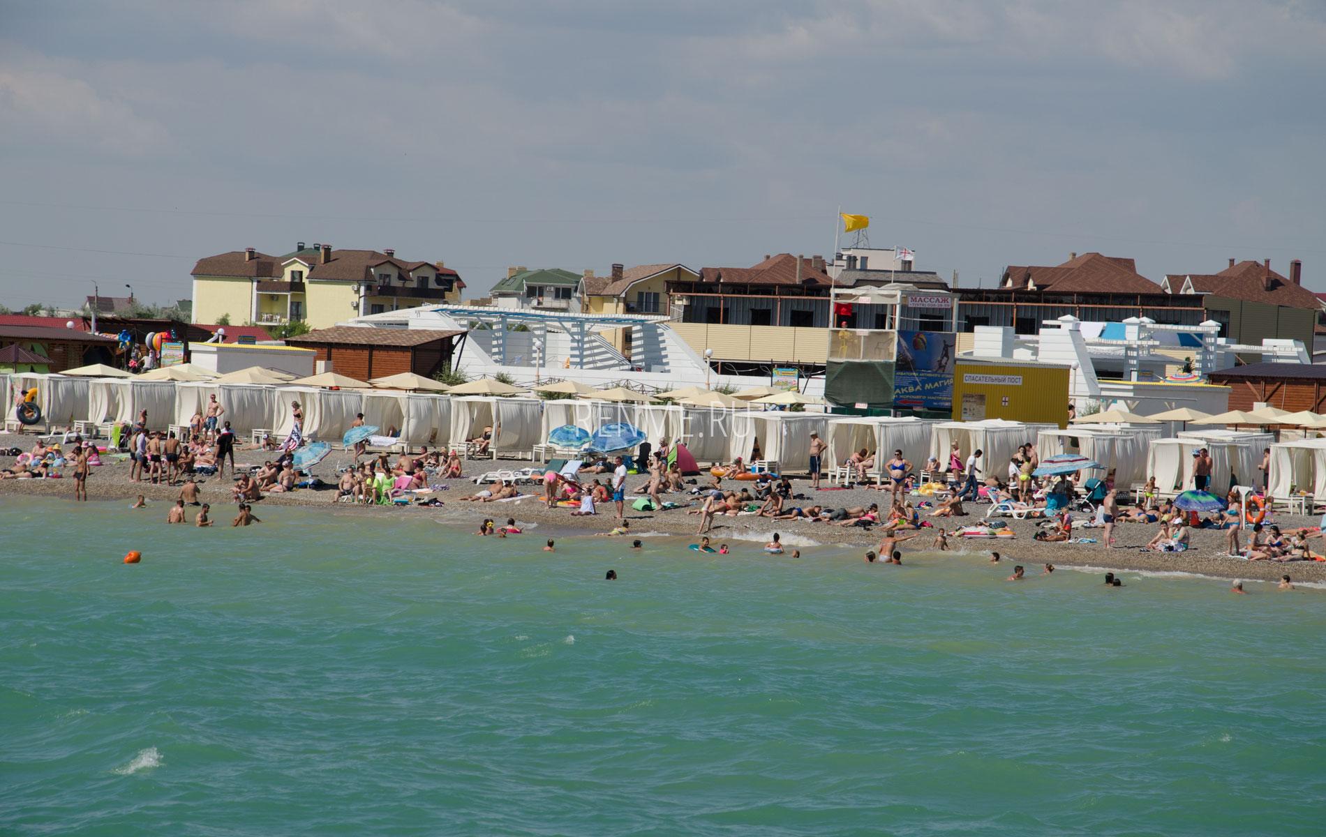 Галечный пляж с удобствами. Фото Новофедоровки