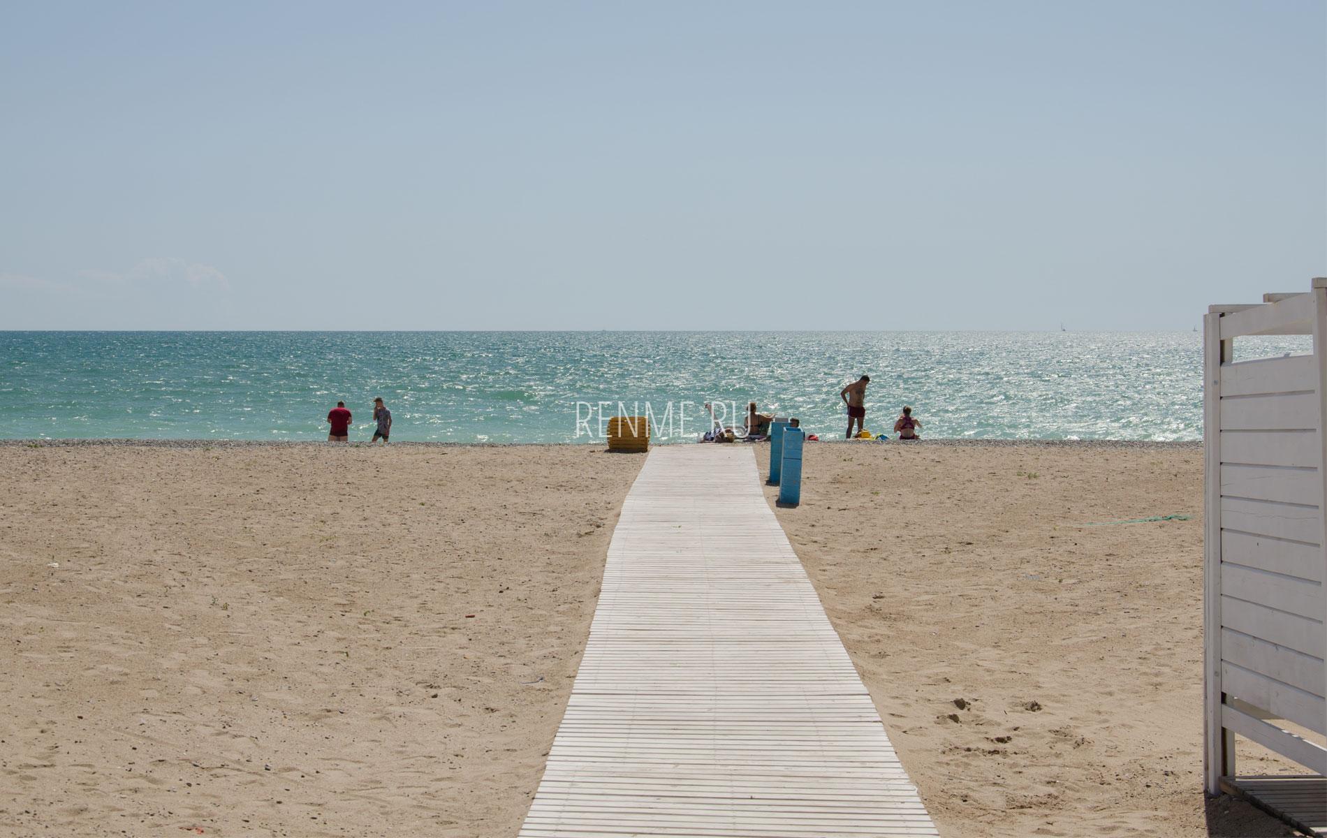 Ухоженный песчаный пляж в евгусте. Фото Евпатории