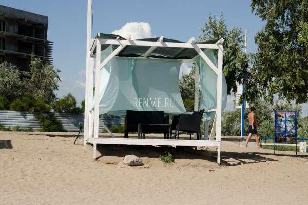 Беседка на пляже. Фото Заозёрного